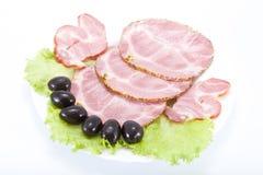 Carne di taglio su una tabella. Fotografia Stock