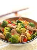 Carne do alho e brócolis com macarronetes, fim acima imagens de stock royalty free