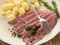 Carne do assado com batatas Fotos de Stock Royalty Free