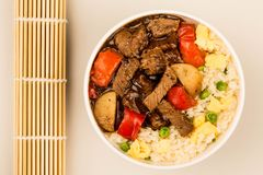 Carne do estilo chinês em Bean Sauce With Fried Rice preto Fotografia de Stock Royalty Free