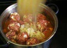 Carne do guisado que cozinha no potenciômetro Foto de Stock Royalty Free