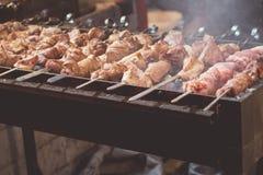 Carne do no espeto que cozinha o alimento grelhado, carvões fotografia de stock royalty free