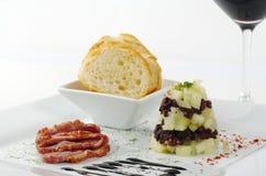 Carne do pato com maçãs e Baguette Fotografia de Stock