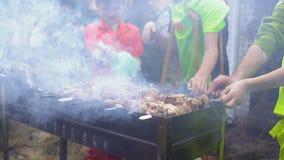 Carne dos meninos e das fritadas do pai no chargrill filme