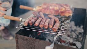 A carne e as salsichas são grelhadas Close-up barbecue Carne grelhada bonita video estoque