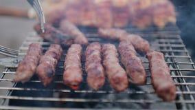 A carne e as salsichas são grelhadas Close-up barbecue Carne grelhada bonita vídeos de arquivo