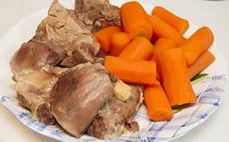 Carne e cenouras fervidas Carne e cenouras fabricadas cerveja, ingredientes para a sopa Imagem de Stock
