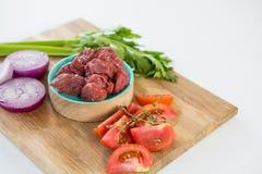 Carne e ingredientes triturados na bandeja de madeira Foto de Stock Royalty Free