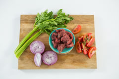 Carne e ingredientes triturados na bandeja de madeira Fotografia de Stock