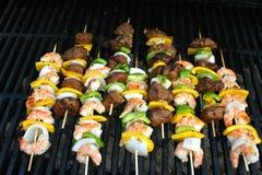 Carne e Kabobs grelhados camarão Fotos de Stock