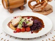 Carne e prato lateral em uma placa fotos de stock royalty free