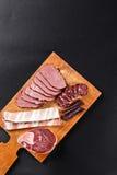 Carne e salsicha dos cervos na placa de corte Fotografia de Stock Royalty Free