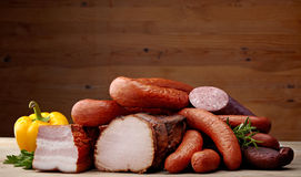 Carne e salsichas fumadas fotografia de stock royalty free