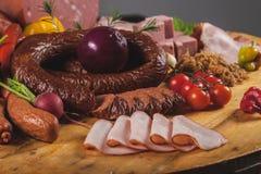 Carne e salsichas fumadas Fotos de Stock
