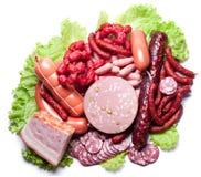 Carne e salsichas nas folhas da alface. imagens de stock