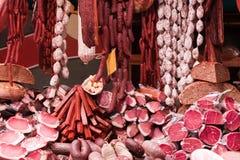 Carne e salsichas no mercado fotos de stock royalty free