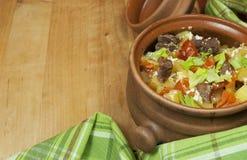 Carne e vegetais com creme de leite e aipo verde em um potenciômetro Imagem de Stock Royalty Free