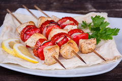 Carne e verdure arrostite saporite sullo spiedo Fotografia Stock