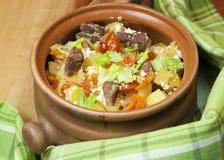 Carne e verdure con crema acida e sedano verde in un vaso Fotografia Stock