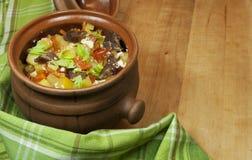 Carne e verdure con crema acida e sedano verde in un vaso Immagini Stock