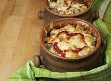 Carne e verdure con formaggio e ketchup in vasi Fotografie Stock Libere da Diritti