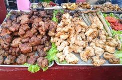 Carne e verdure fritte su un vassoio Fotografie Stock