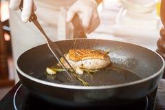 Carne ed erbe sulla pentola Fotografia Stock Libera da Diritti