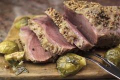 Carne em lata cortada em uma placa de corte Foto de Stock Royalty Free
