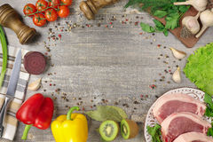 Carne em tomates de uma placa, alho, cebolas, pimentas de sino, tabela quente, de madeira Verdes do guardanapo da faca, beterraba Fotografia de Stock Royalty Free