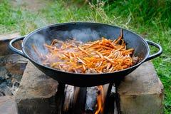 Carne em um caldeireiro em um incêndio fotografia de stock royalty free