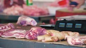 Carne em um mercado de rua, fim acima da vista, caminhada ao redor, circunstâncias insalubres filme