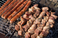 Carne em uma grade Fotografia de Stock Royalty Free