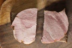 Carne em uma placa de corte imagens de stock