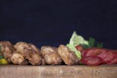 Carne empanada del pollo con la ensalada y el limón que descansan sobre un Wo rústico Fotografía de archivo libre de regalías