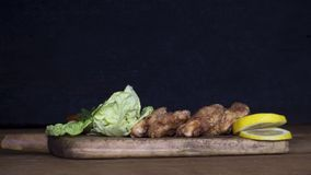 Carne empanada del pollo con la ensalada y el limón que descansan sobre un Wo rústico Imagenes de archivo