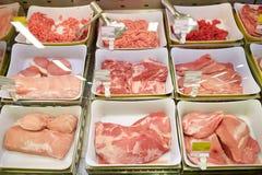 Carne en cuencos en la parada del ultramarinos fotografía de archivo libre de regalías