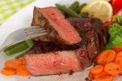 Carne en habas verdes, zanahoria, pimienta del filete de Nueva York Imagenes de archivo