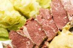 Carne en lata y col con la mostaza Fotos de archivo libres de regalías