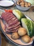 Carne en lata y col con las patatas y las zanahorias disco, tabla de cena imagenes de archivo
