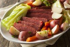 Carne en lata y col hechas en casa Fotografía de archivo