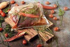 Carne escura fresca com os ingredientes para cozinhar na placa de corte de madeira marrom fotos de stock royalty free