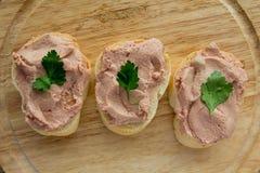 Carne espalhada no pão Foto de Stock