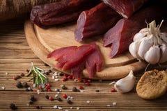 Carne espasmódica em um fundo de madeira Imagens de Stock Royalty Free
