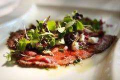 A carne fina cortada do gourmet com decora fotografia de stock