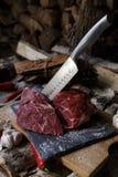 Carne fresca com a faca em cortar a placa preta, ainda vida dentro Fotografia de Stock