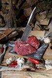 Carne fresca con el cuchillo en cortar el tablero negro, aún vida adentro Foto de archivo