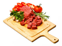Carne fresca crua cortada nos cubos com vegetais Imagens de Stock