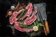 Carne fresca cruda dell'agnello su fondo scuro fotografia stock