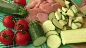 Carne fresca cruda sul tagliere e sugli ortaggi freschi video d archivio