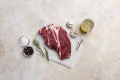 Carne fresca da carne no fundo branco com azeite, ervas e especiarias imagens de stock